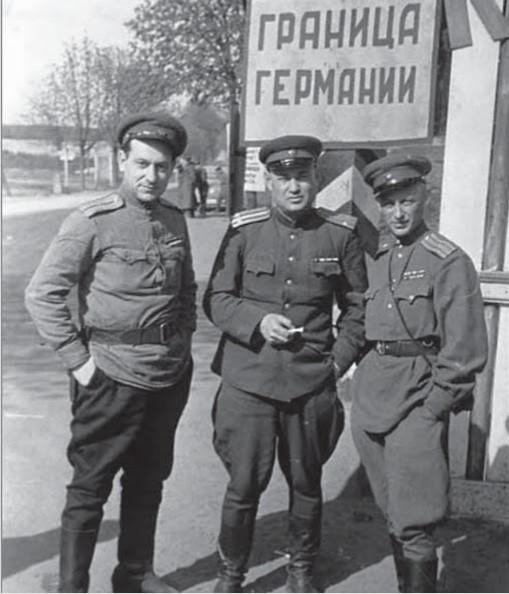 Виктор Темин крайний слева
