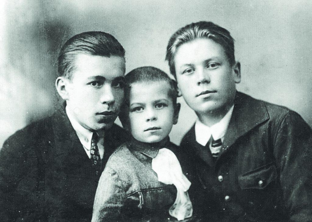 Л. Корзун со старшими братьями Евгением и Валентином