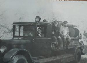Володя Купцов учится водить машину